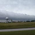 2002年11月23日中午11時40分,江澤民抵達侯斯頓郊外的Ellington軍事機場時,烏雲密佈,將機場上空四周籠罩。