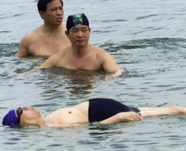 江澤民在2000年訪問以色列時在死海游泳挺著大肚子仰在水面。