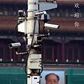 圖為一張北京天安門廣場燈柱的照片,照片中的燈柱上,密集地安裝了多個電子眼,監控不同方向。 (網絡圖片)