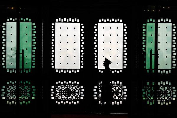 """北京八一大樓的一名人民解放軍警衛。據稱,習近平稱軍隊腐敗現象為""""谷俊山現象""""。 (圖片來源:Getty images)"""