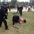 女子拍照時被特警發現,手機被搶走,人被打倒在地。(網絡圖片)