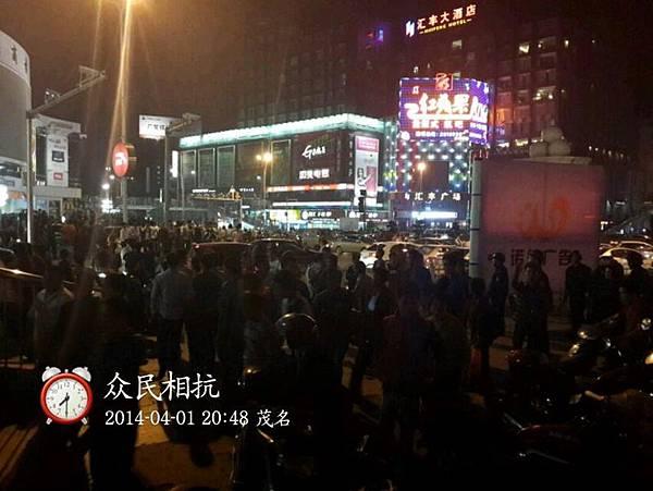 1日晚上,特警再度開槍驅散人群。(網絡圖片)