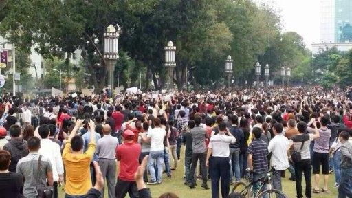 3日茂名市政府召開記者會。市民數萬人聞訊趕來。市民喊口號,要求見記者,釋放被抓人員,表達反對PX項目的心聲。(網絡圖片)