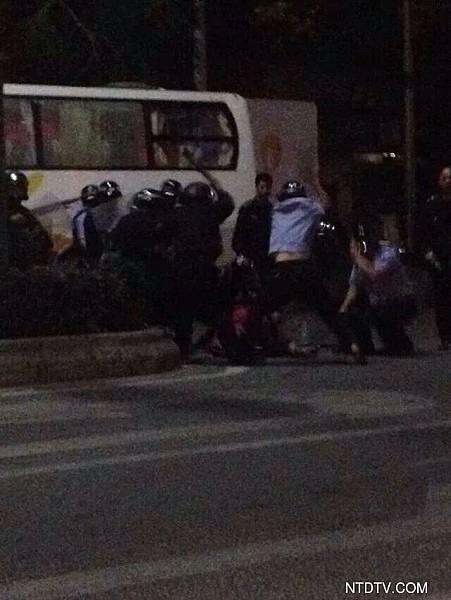 4月4日,網友給《新唐人》爆料:茂名明湖商場麥當勞門口活生生的打死兩個年輕人,像死屍拖著走,有救護車來都不給上。直接拖上警車,這些就是政府養的瘋狗,世界救救茂名人吧!