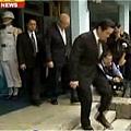 馬英九4日前往桃園縣慈湖陵寢謁陵。但在走下臺階時,差點跌下臺階。(視頻截圖)