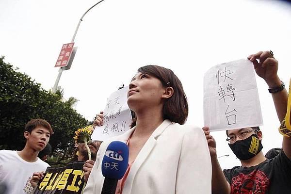 台灣多家被中共收買的中資媒體刻意抹黑這次太陽花學生運動而遭反感。圖片是學生在中資媒體中天現場採訪記者背後拿著「中天,請報導真相!」、「快轉台」的字樣。(圖片來源:臉書)