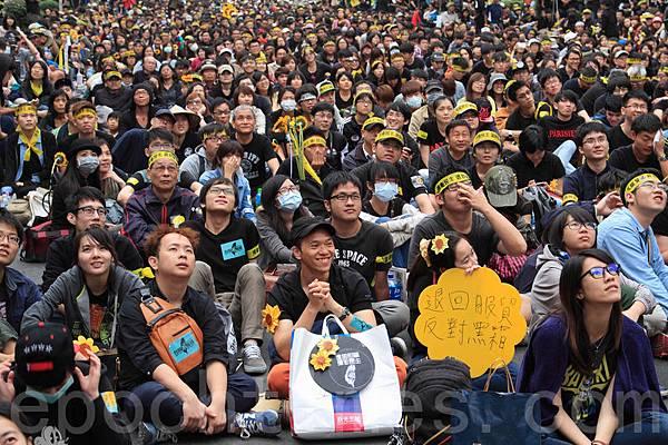 太陽花學運,3月30日上凱道反服貿,主張「捍衛民主、退回服貿」。圖為中山南路人潮。(羅正恆/大紀元)
