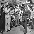 1945年8月15日,抗戰勝利。當年的人民夾道歡迎蔣中正。(網路圖片)