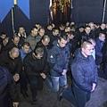 烏克蘭過渡政府內政部長阿瓦科夫在記者會上對媒體表示,今年2月防暴警察部隊在首都基輔槍殺數十名反政府示威者,經調查發現12名防暴警察部隊「貝爾庫特」成員涉案,其中三人已被逮捕。圖為,烏克蘭防暴警察下跪向民眾道歉。(網絡圖片)