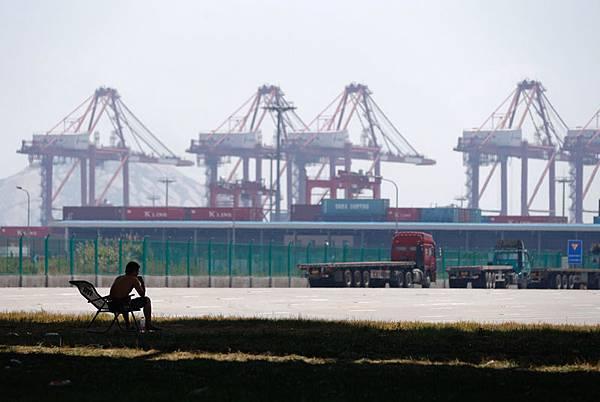 2014年第一季度新興市場股票基金遭遇史上最慘行情,撤離資金超過2013年全年數字,主要原因之一不外是受中國經濟問題所衝擊。同時數據顯示,國際基金資金正撤離中國投資市場。圖為上海洋山港。(STR/AFP)