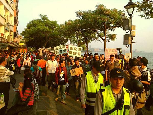 數百名民眾和學生5日下午集結在淡水,針對國民黨立委吳育昇選區掃街,沿路發送傳單推動民間版兩岸協議監督條例。  警方也調派50名警力維護安全及疏導交通。(民眾提供)