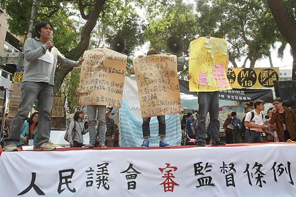反服貿學運5日進入第19天,抗議民眾在立法院外出席「人民議會」活動,分組審議「兩岸協議監督條例」的行政院版及  民間版,隨後各組上台發表討論結果。(中央社)