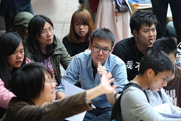 反服貿學運5日進入第19天,學生在立院外出席「人民議會」活動,分組審議「兩岸協議監督條例」的行政院版及民間版  ,學生代表林飛帆(中)也坐在其中聆聽。(中央社)