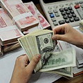 中國外匯交易中心的數據顯示,4月4日人民幣對美元匯率中間價報6.1557,較前一交易日繼續下跌37個基點。專家表示,中國經濟在全面地惡化。