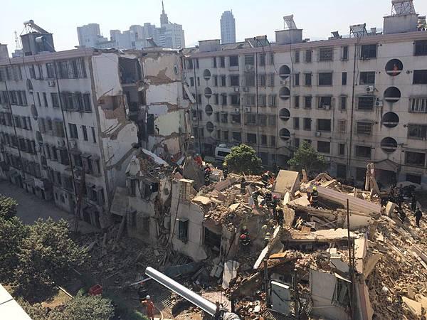 4月4日上午9點,浙江省寧波奉化市大成路居敬小區一幢5層居民房忽然發生粉碎性倒塌。(大紀元資料室)