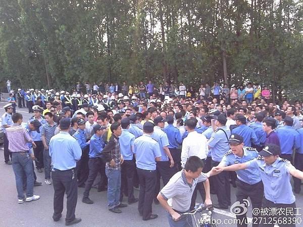 日前,因勞資糾紛,東莞裕元鞋廠數千工人堵塞高埗大橋,當局出動數百警察驅散,雙方一度發生肢體衝突。(網絡圖片)