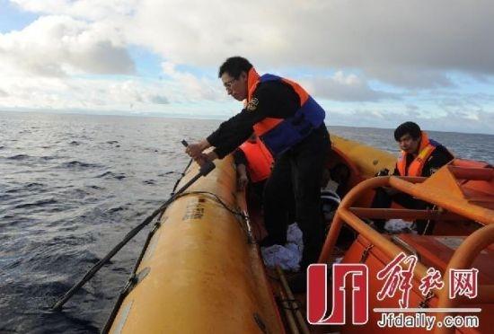 大陸海巡船的偵測器就是一根棍子接上一隻水下麥克風,人坐在充氣小艇上用手握著,另一個人戴著耳機在風浪中靜心向海中聽音。(網絡圖片)