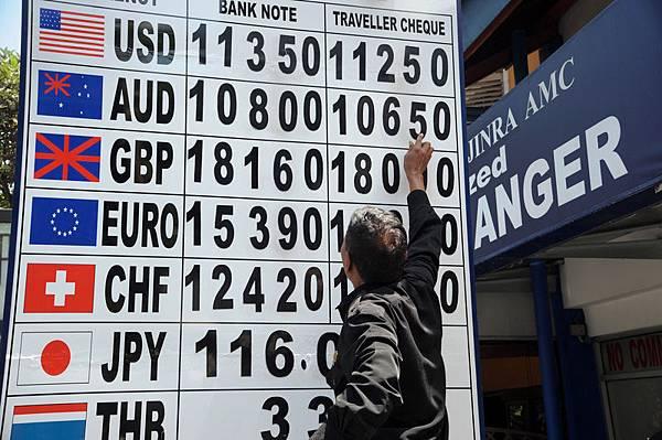 隨著美聯儲退出量化寬鬆的步伐越來越快,加息日程也日漸明朗,國際資本加緊逃離,以及以股市、匯市等為主的金融市場的動盪令中共驚恐不已。財經專家表示,匯率大戰將摧毀中國所有的泡沫體系。圖為印尼巴厘島,一貨幣兌換中心外的匯率看板。(RICHARD A. BROOKS/AFP)