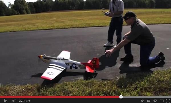 美國海軍利用海水研發出替代燃料,使用此燃料的模型機已試飛成功。(視頻擷圖)