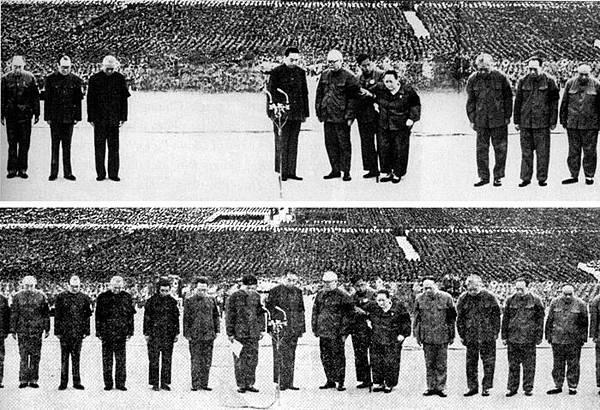 毛澤東死去時的照片。打倒四人幫後,圖上方中間空白之處為被修掉的江青、張春橋等人。(網絡圖片)
