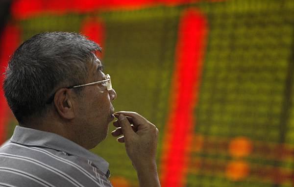 中共政府對股市的干預被廣為詬病,有券商批中共監管部門參加上市公司的董事會會議,官員一上廁所內幕消息就洩露,  造成股市異常波動。(AFP)