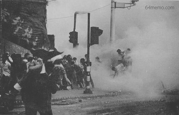 催淚彈煙霧瀰漫在空氣中(網絡圖片)
