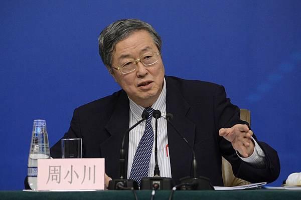 中共央行行長周小川11日在博鰲論壇無意中洩露中國經濟增長的秘密,是靠大量印鈔來維持。濫發的貨幣產生通貨膨脹,  吞噬了國民的財富(WANG ZHAO/AFP)