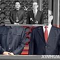 官方《新華網》給出的江、胡在城樓上同向直視的「雙核心」的標準照。為遮掩肌肉萎縮,江穿特製西服,袖子好像兩層  布。(網絡圖片)