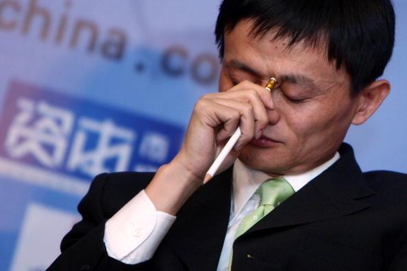 2013年7月,阿里巴巴主席馬雲在接受香港《南華早報》訪問時,關於支持「六四」鎮壓的言論掀起海內外輿論強烈反響後,被港媒深度挖掘出了他與中共權貴,包括江澤民孫子江志成之間的金融資本網絡利益鏈。(China Photos/Getty Images)