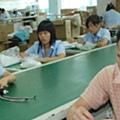 東莞一家工廠的工人在工作(美國之音資料照)