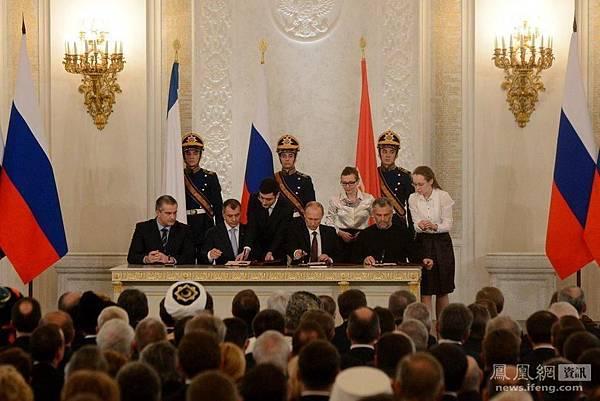 3月18日普京和克里米亞三領導人在莫斯科簽署克里米亞加入俄羅斯的文件。
