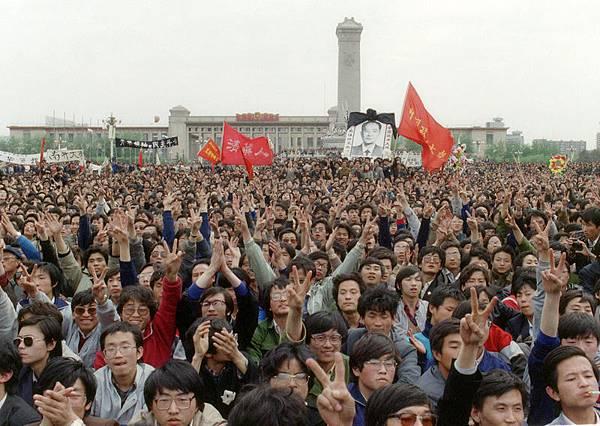 二十五年前的四月十五日,北京、上海和西安的大學生開始聚集,公開悼念被罷黜的前中共總書記胡耀邦的去世。隨後,紀念活動最終招來中共的血腥鎮壓,震驚中外。(CATHERINE HENRIETTE/AFP)