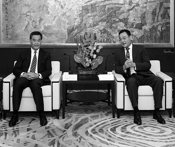 華潤集團董事長宋林被視為是梁振英的支持者,授命於曾慶紅,在香港扶植梁振英上台。在宋林被舉報後,今年1月7日,  梁振英還到訪宋林擔任會長的中國企業協會,兩人關係密切。(網絡圖片)