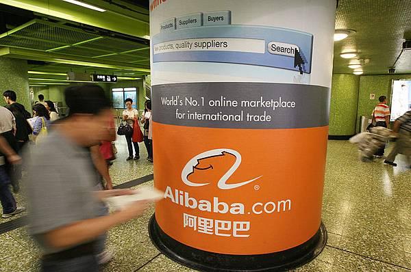 阿里巴巴將赴美首次公開募股(IPO)上市,規模或超過臉書(Facebok)兩年前記錄的消息甚囂塵上。但外界對於阿里巴巴實際業務運作及未來方向卻所知甚少。已有專家對該公司提出諸多質疑。圖為阿里巴巴在香港的廣告牌。(MIKE CLARKE/AFP/Getty Images)