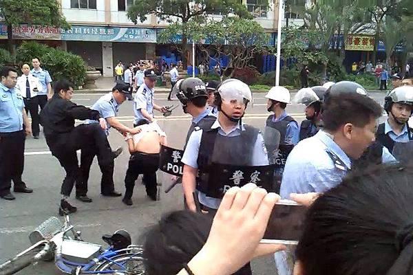 4月18日,東莞裕元鞋廠數萬人工人繼續罷工。由於有工人被抓,引發工人群情激憤,走上街頭遊行示威網絡圖片)