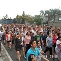 4月18日,東莞裕元鞋廠數萬人工人繼續罷工。由於有工人被抓,引發工人群情激憤,走上街頭遊行示威(網絡圖片)