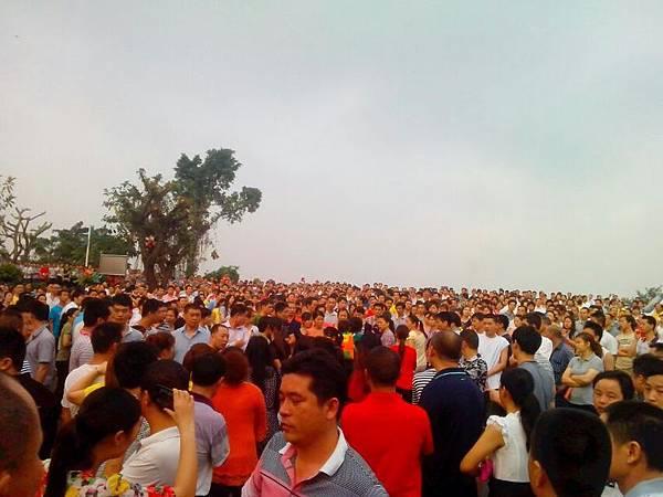 4月18日,東莞裕元鞋廠數萬人工人繼續罷工。由於有工人被抓,引發工人群情激憤,走上街頭遊行示威。網絡圖片)