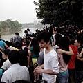 4月18日,東莞裕元鞋廠數萬人工人繼續罷工。由於有工人被抓,引發工人群情激憤,走上街頭遊行示威。(網絡圖片)