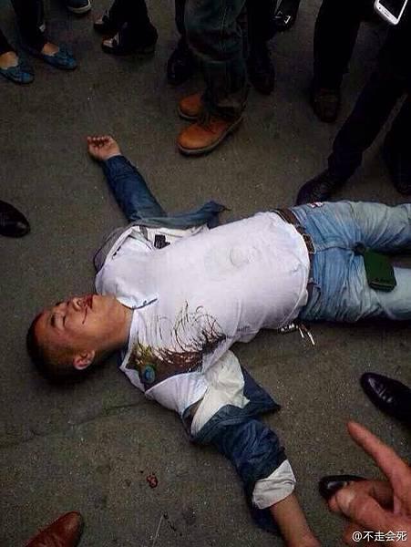 4月19日上午,溫州蒼南縣靈溪鎮5城管與女菜販發生爭執,一過路男子拿手機拍照遭到城管圍毆倒地吐血。黃姓男子嘴角有血,白色T恤衫的腹部位置有明顯的黑色腳印。(網絡圖片)