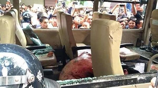 中午後,現場有上千民眾包圍城管的車輛,城管的暴行激怒了圍觀的民眾,5名打人城管被圍毆,被用石頭砸打,場景血腥恐怖。(網絡圖片)