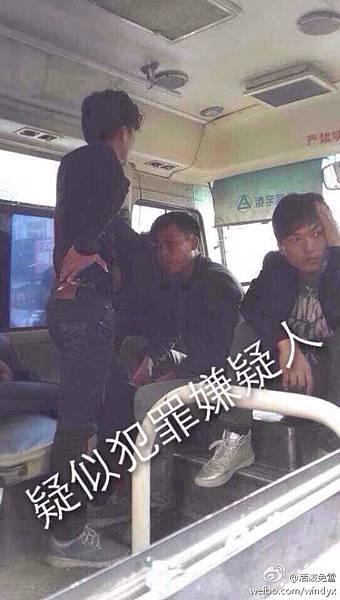 4月19日上午,溫州蒼南縣靈溪鎮5城管與女菜販發生爭執,一過路男子拿手機拍照遭到城管圍毆倒地吐血。現場有上千民眾包圍城管的車輛,中午後,縣110警察到場也無法控制。(網絡圖片)