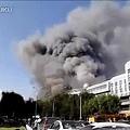 2012年6月30日,天津薊縣最大規模的萊德商廈突發大火,死亡數百人,官方目前一口咬定只有10人死亡。(網絡圖片)