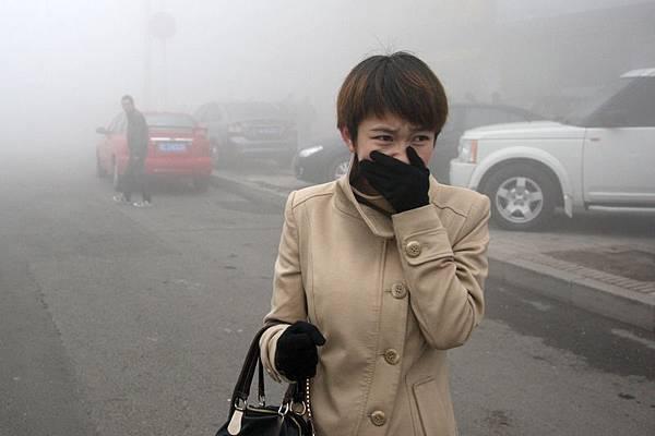 中國蘭州大學一名博士生的最新科研成果顯示,PM2.5致初次懷孕孕婦流產率高達70%。民眾表示,這項研究結果令人震驚。圖為去年10月陰霾肆虐下的哈爾濱街道。(ChinaFotoPress/Getty Images)
