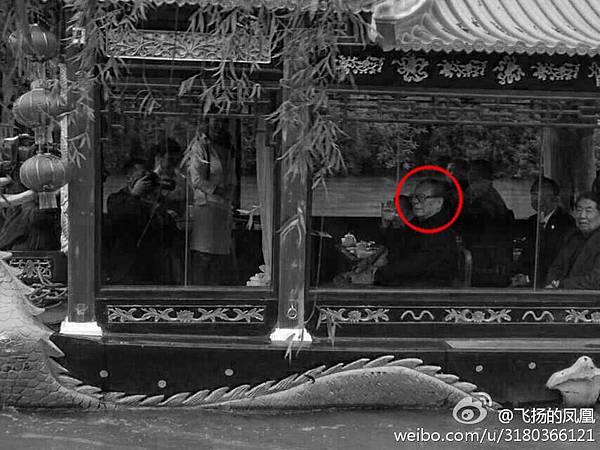 2014年4月19日,久未露面的江澤民陰著臉攜同妻子一同在揚州出現,擺出與胡錦濤「拼刺刀」之勢。(網絡圖片)