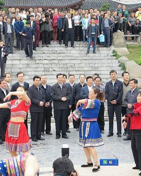 胡錦濤在此前主政的貴州露面時,不僅「沒清場」,而且還同民眾閒聊並觀看跳舞。(網絡圖片)