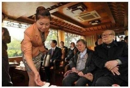 2013年清明節期間,江澤民一家到江蘇揚州「祭祖」,在遊船上又開始緊盯女服務員的醜態照片在網上熱傳。(網絡圖片)