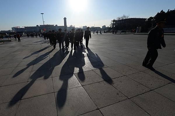 中共兩會剛剛結束,長沙立即發生當街砍人事件,民眾受到極大驚嚇,整個社會陷入驚恐不安之中。中共江澤民集團開始全面發動另外一種針對習近平的政變。圖為,2014年3月13日,軍方代表團參加全國人大閉幕會議。(GOH CHAI HIN/AFP/Getty Images)
