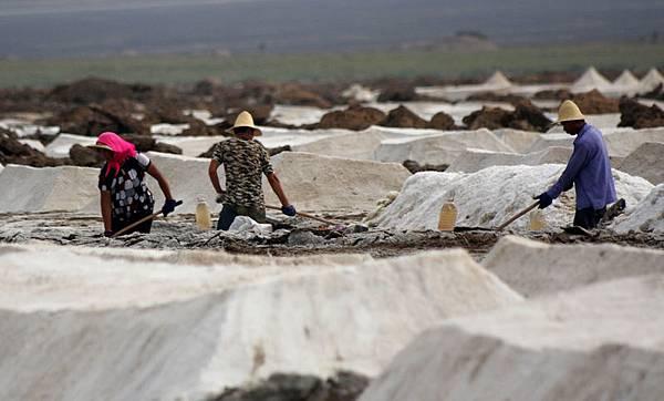 擁有全世界最多客戶的中國鹽業總公司,通過食鹽專營攫取暴利,使市場價格翻了幾倍,但財報卻顯虧損。學者撰文稱鹽  業「政企不分」亟待破除,這才是問題根源所在。圖為新疆哈密地區的鹽場。(AFP)