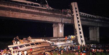 2011年溫州動車事故,導致40人死亡和170多人受傷,中共有關部門卻聲稱「無生命跡象」而停止搜救;立即開始迫不及待粉碎車頭、車廂、就地掩埋,震驚全球。(網絡圖片)