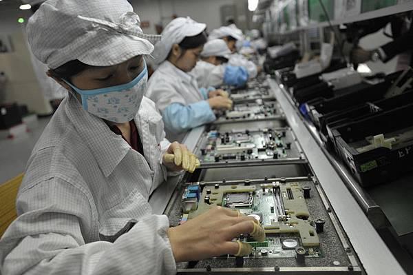 匯豐(HSBC)週三(4月23日)公佈中共4月製造業採購經理指數(PMI)初值,顯示中共製造業產出繼續收縮。人民幣兌美元匯率  隨即震盪走低,匯率最低觸及6.2466,創2012年12月以來最低位。圖為中共電子組裝廠。(STR/AFP/GettyImages)